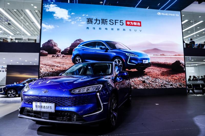 huawei-se-lance-dans-lautomobile-en-commercialisant-la-nouvelle-voiture-electrique-seres-sf5